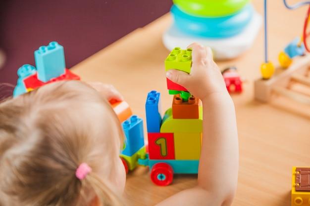 Meisje speelt in de kleuterschool Premium Foto