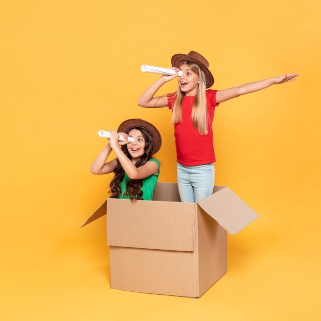 Meisje speelt met een verrekijker Gratis Foto