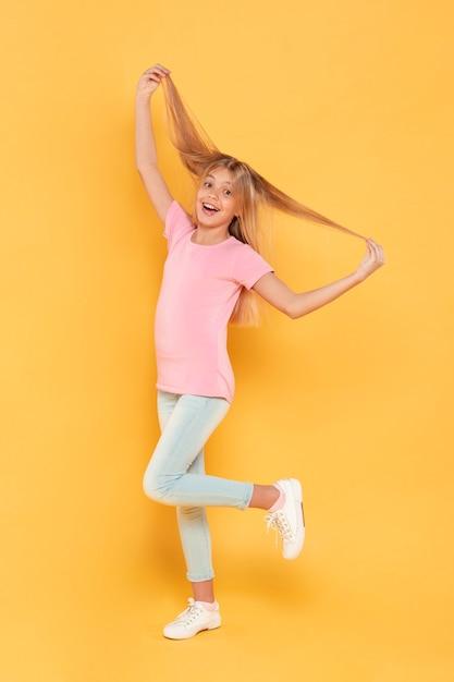 Meisje speelt met haar haren Gratis Foto