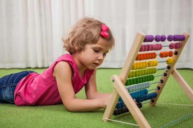 Meisje speelt met kleurenscores Premium Foto