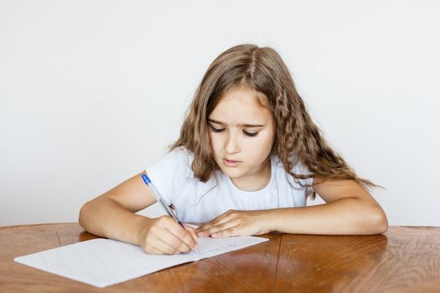 Meisje student school leert lessen, taken voor school, school Premium Foto
