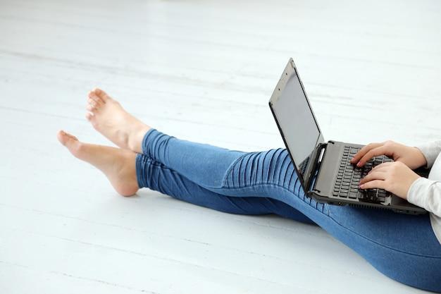 Meisje ter plaatse met laptop Gratis Foto