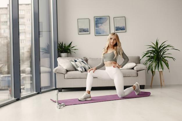 Meisje thuis. vrouw maakt yoga. dame met halters. Gratis Foto