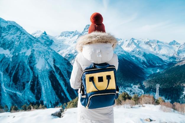 Meisje toeristische wandelingen in de bergen. reizen met een rugzak. Premium Foto