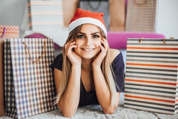 Meisje tussen kerstcadeautjes Premium Foto