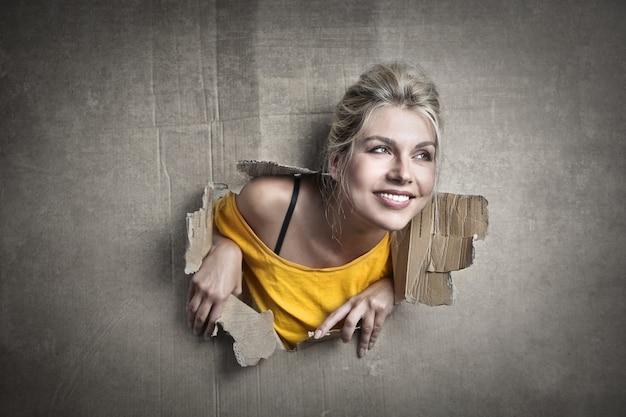 Meisje uit een gat Premium Foto