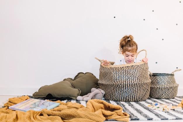 Meisje zit in de mand Gratis Foto