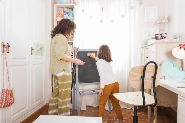 Meisjes afvegend bord voor moeder Gratis Foto