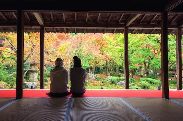 Meisjes bij enkoji-tempel in de herfst, kyoto Premium Foto