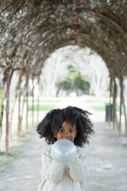 Meisjes blazende ballon buiten Premium Foto