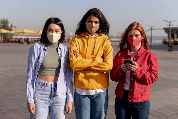 Meisjes die buiten medische maskers dragen Gratis Foto