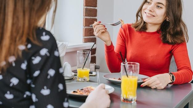 Meisjes die in een restaurant eten Gratis Foto