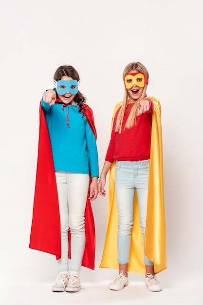 Meisjes die superhelden spelen Gratis Foto