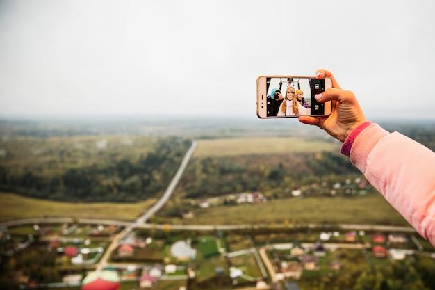 Meisjes doen selfie op de telefoon Gratis Foto