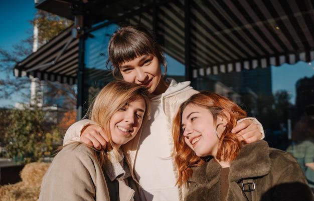 Meisjes houdt pompoenen in handen. buiten foto. Gratis Foto