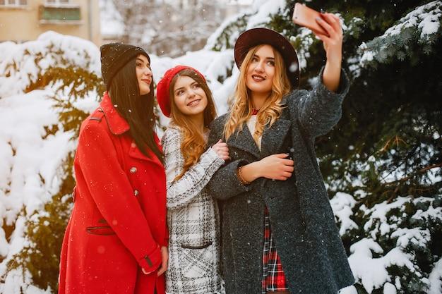 Meisjes in de winter Gratis Foto