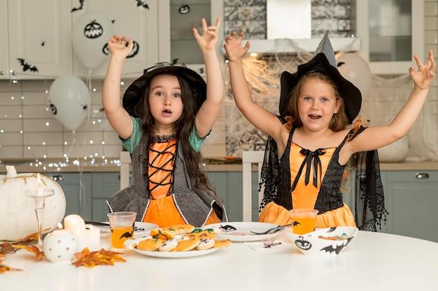 Meisjes in het griezelige concept van het heksenkostuum Gratis Foto