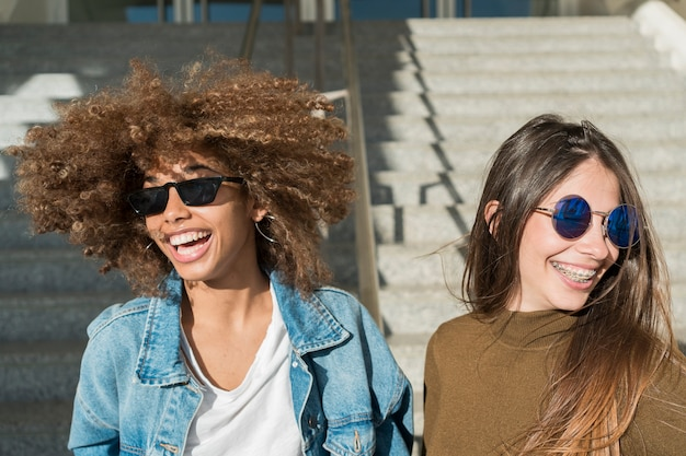 Meisjes lachen samen buitenshuis Gratis Foto