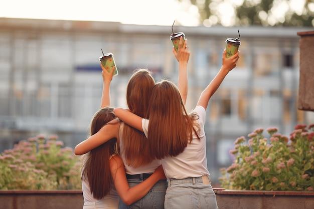 Meisjes lopen in een lentestad en houden koffie in haar hand Gratis Foto