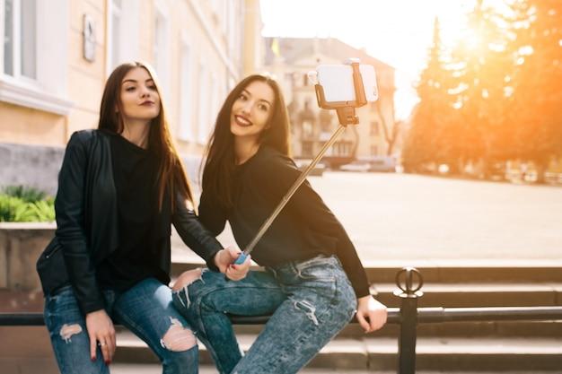 Meisjes met een selfie stok Gratis Foto
