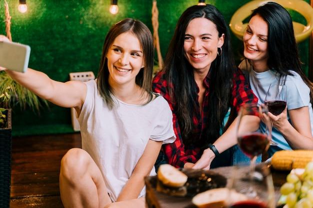 Meisjes nemen selfie op feestje Gratis Foto