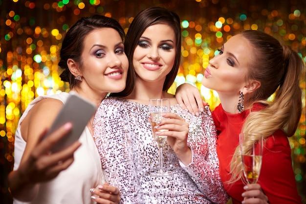 Meisjes nemen selfie op het feest Gratis Foto