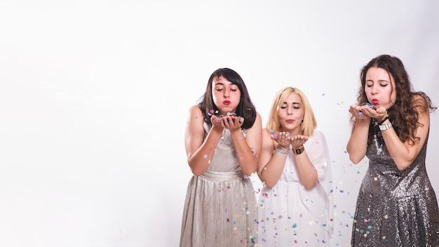 Meisjes op feest met confetti Gratis Foto