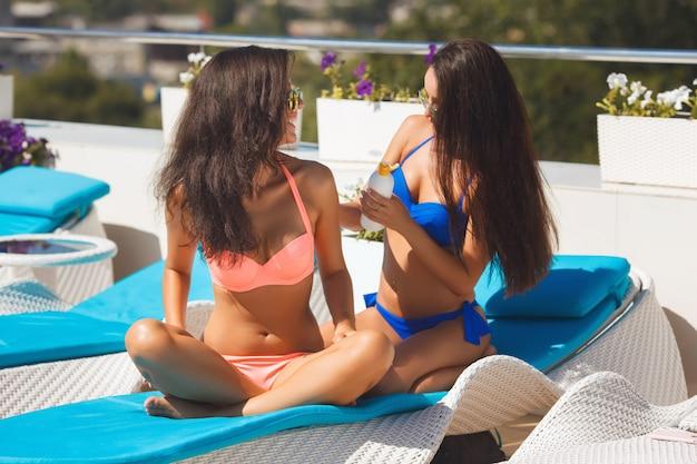 Meisjes op het strand Premium Foto