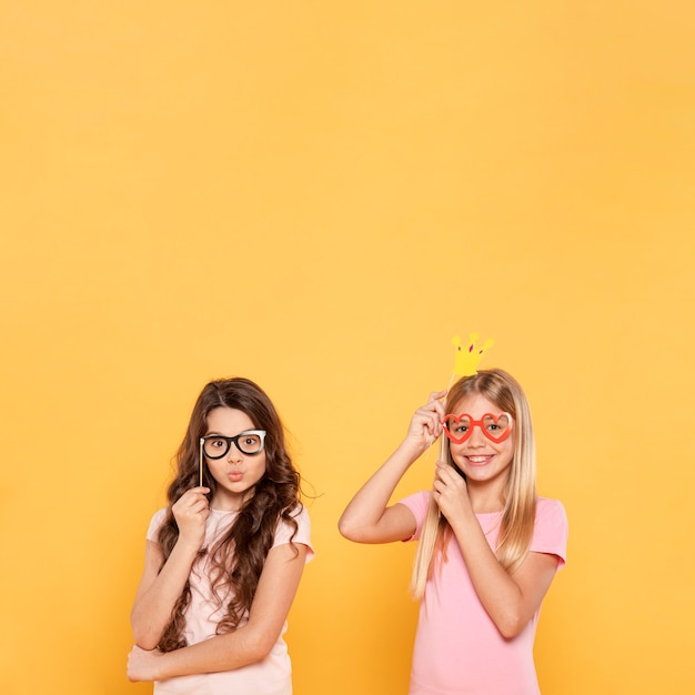 Meisjes plating met maskers Gratis Foto