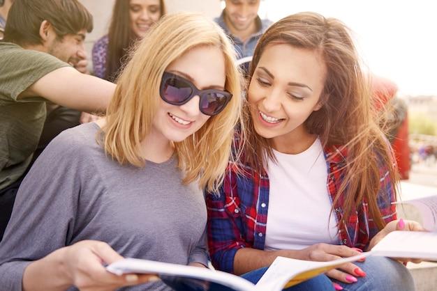 Meisjes studeren tijdens hun pauze Gratis Foto