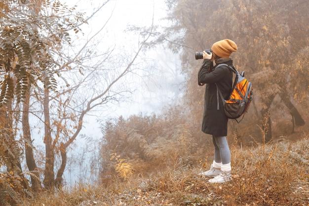 Meisjesfotograaf maakt foto's van de herfstaard. Premium Foto