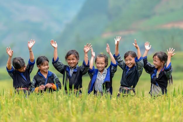 Meisjesgroep op het platteland van vietnam zingen en dansen op het rijstterrasgebied hun buurt in mu cang chai, yenbai, vietnam Premium Foto