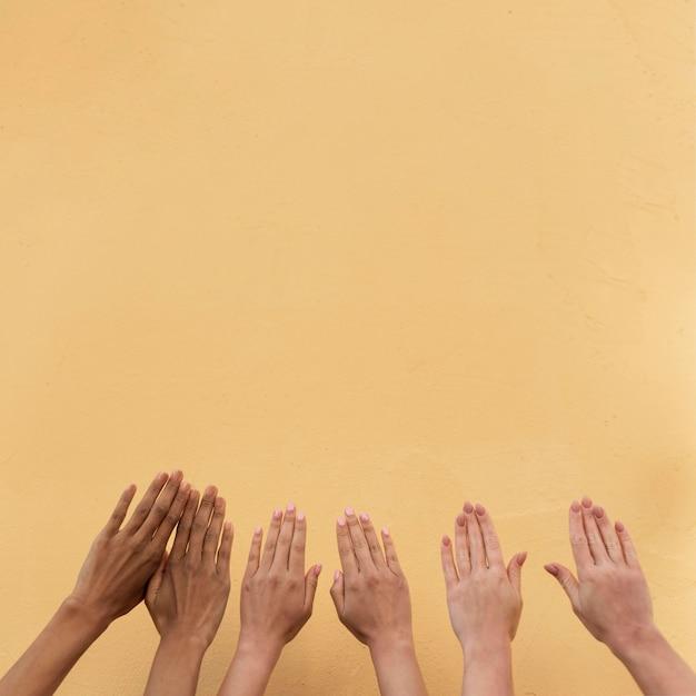 Meisjeshanden van verschillende etnische groepen met exemplaarruimte Gratis Foto