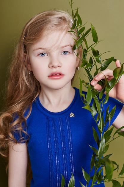 Meisjeskind in heldere de lentekleren. romantische uitstraling en lach op je gezicht Premium Foto