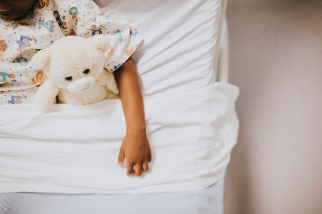 Meisjeslaap in een het ziekenhuisbed Gratis Foto