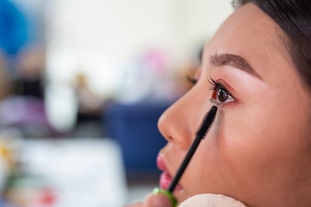 Meisjesmake-up door een professionele make-upartiest te gebruiken. Gratis Foto