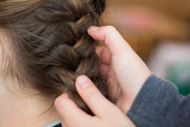 Meisjesmoeder maakt een haar of een meisje in een kapper Premium Foto