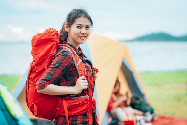 Meisjesreiziger met rugzak bij kampeerterrein op haar vakantiesreis Premium Foto
