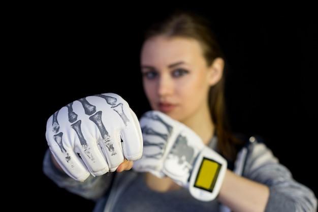 Meisjessportvrouw in handschoenen voor het in dozen doen op zwarte. Premium Foto