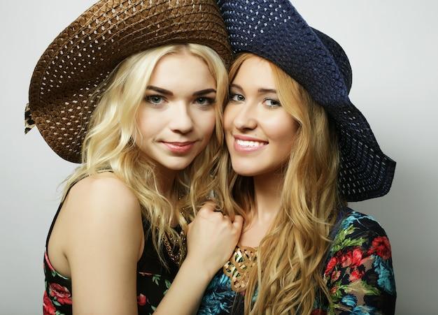 Meisjesvrienden lachen en knuffel Premium Foto