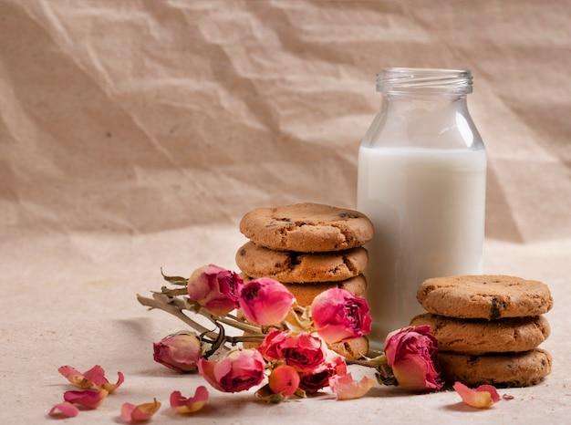Melk- en haverkoekje voor kinderen met bloemen Premium Foto