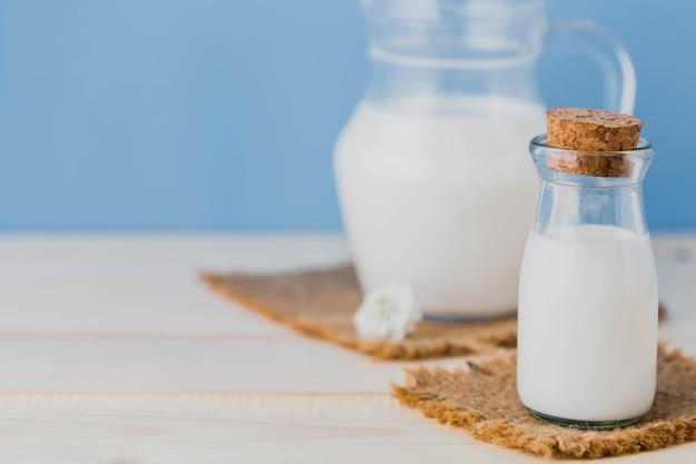 Melk in kruik met blauwe achtergrond Premium Foto
