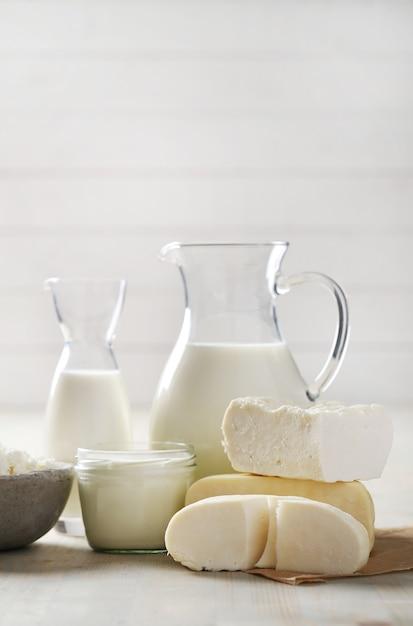 Melkproducten op houten tafel Gratis Foto