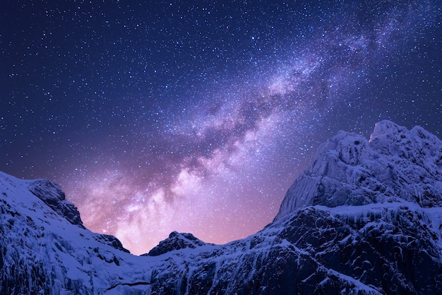 Melkweg boven besneeuwde bergen. ruimte. fantastisch uitzicht met sneeuw bedekte rotsen en sterrenhemel 's nachts in nepal. bergkam en hemel met sterren in de himalaya. Premium Foto