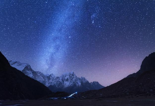 Melkweg en bergen Premium Foto