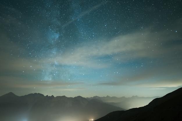 Melkweg en sterrenhemel van grote hoogte in de zomer op de alpen Premium Foto