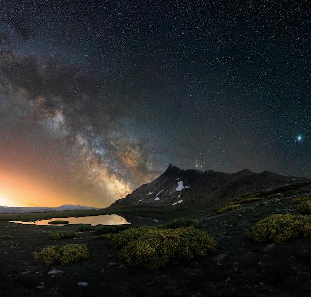 Melkweg over een nachtlandschap in de bergen van spanje Premium Foto