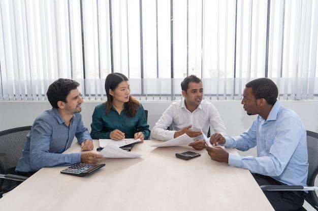 Meng rende partners die in conferentieruimte samenkomen. Gratis Foto