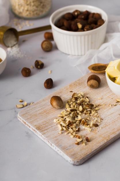 Mengsel van smakelijke noten op de tafel Gratis Foto