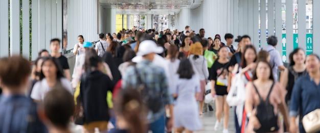 Menigte van anonieme mensen die op de stadsstraat lopen Premium Foto